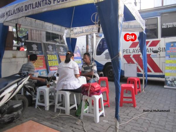 Petugas Pelayanan Perpanjang SIM  Keliling