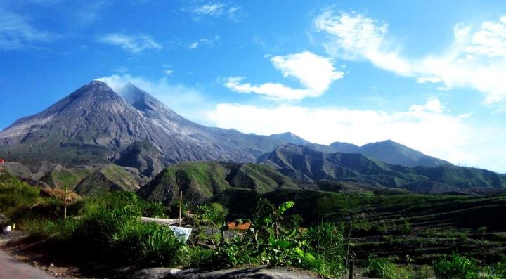 gunung tertinggi di jawa tengah - Gunung Merapi