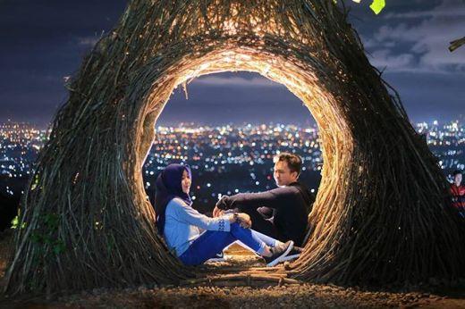 Wisata Malam Jogja Dengan Spot Foto Keren dan Terbaru Hutan Pinus Pengger Jogja